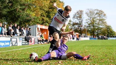 Lorenz Kopp (Friedrichstal) im Zweikampf mit Dennis Coelln (Durlach-Aue). Verbandsliga: FC Friedrichstal - Spvgg Durlach Aue
