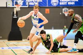 Leo Behrend (Lions) im Zweikampf mit Thomas Gruen (Trier).  GES/ Basketball/ ProA: PSK Lions - Roemerstrom Gladiators Trier, 02.10.2021