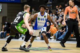 Stanley Whittaker (Lions) im Zweikampf mit Jonas Niedermanner (Trier).  GES/ Basketball/ ProA: PSK Lions - Roemerstrom Gladiators Trier, 02.10.2021
