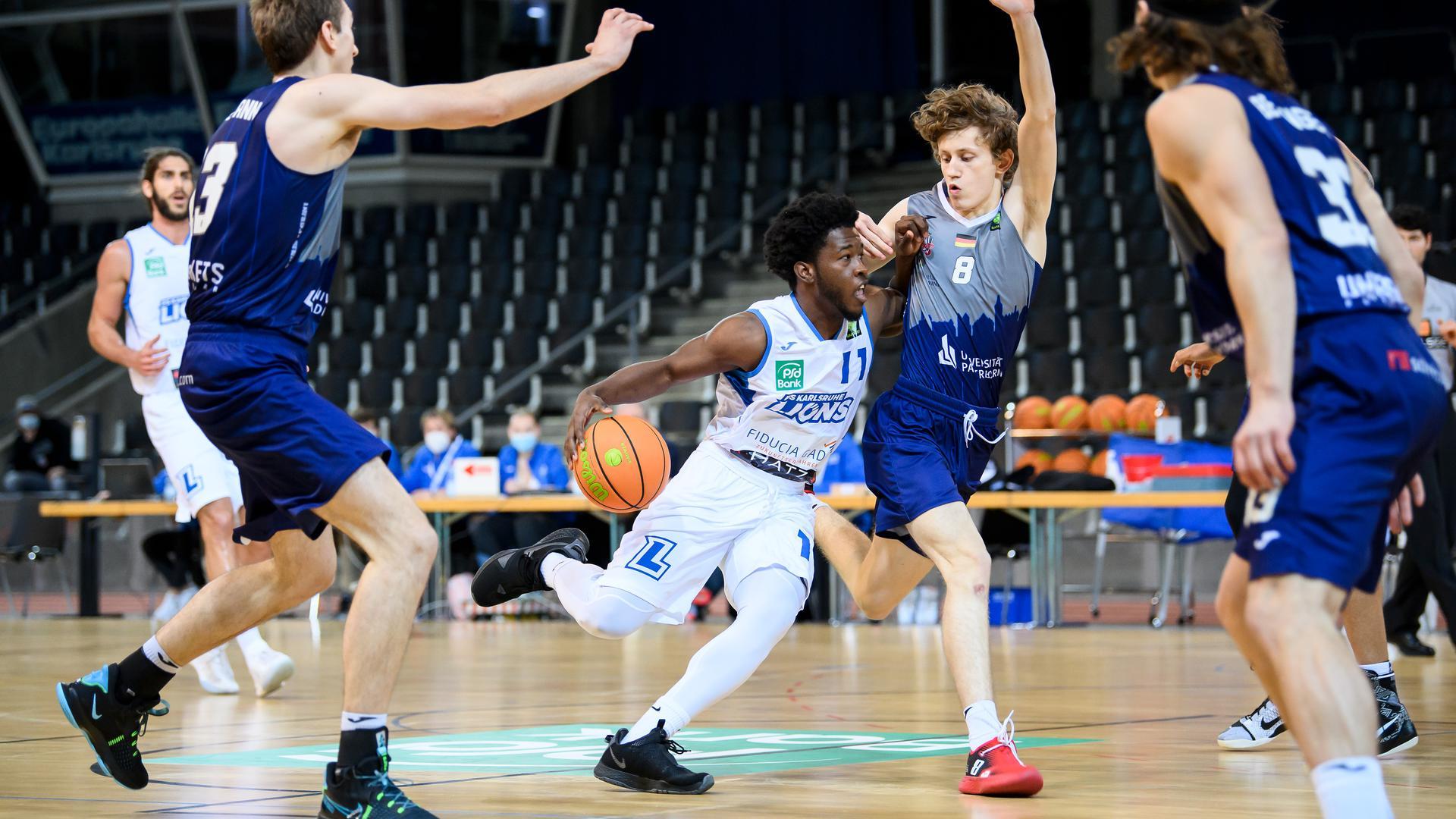 KC Ross-Miller (Lions) im Zweikampf mit Peter Hemschemeier (Paderborn).  GES/ Basketball/ ProA: PSK Lions - Uni Baskets Paderborn, 03.02.2021 --