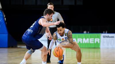 Daniel Alexander Norl (Lions) im Zweikampf mit Daniel Mixich (Paderborn).  GES/ Basketball/ ProA: PSK Lions - Uni Baskets Paderborn, 03.02.2021 --