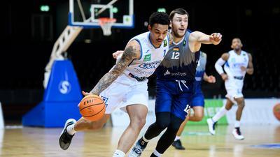 Kavin John Gilder-Tilbury (Lions) im Zweikampf mit Robert Drijencic (Paderborn).  GES/ Basketball/ ProA: PSK Lions - Uni Baskets Paderborn, 03.02.2021 --