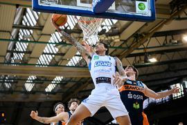 Kavin John Gilder-Tilbury (Lions) im Zweikampf mit Till Gloger (Rostock).  GES/ Basketball/ ProA: PSK Lions - Rostock Seawolves, 03.04.2021 --