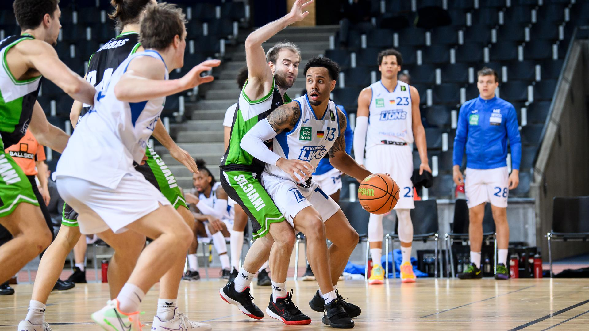 Daniel Alexander Norl (Lions) im Zweikampf mit Kevin Smit (Trier).  GES/ Basketball/ ProA: PSK Lions - Gladiators Trier, 05.04.2021 --