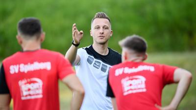 Trainer Yannick Rolf, gibt Anweisungen.  GES/ Fussball/ Verbandsliga: SV Spielberg - Trainingsauftakt / Auftakttraining, 14.06.2021