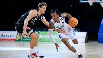 Gregory Clay Foster (Lions) im Zweikampf mit Marcell Pongo (Nuernberg).  GES/ Basketball/ ProA: PSK Lions - Nuernberg Falcons, 27.02.2021 --