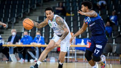 Basketball: Kavin John Gilder-Tilbury (Lions) im Zweikampf mit Marvin Heckel (Bremerhaven).