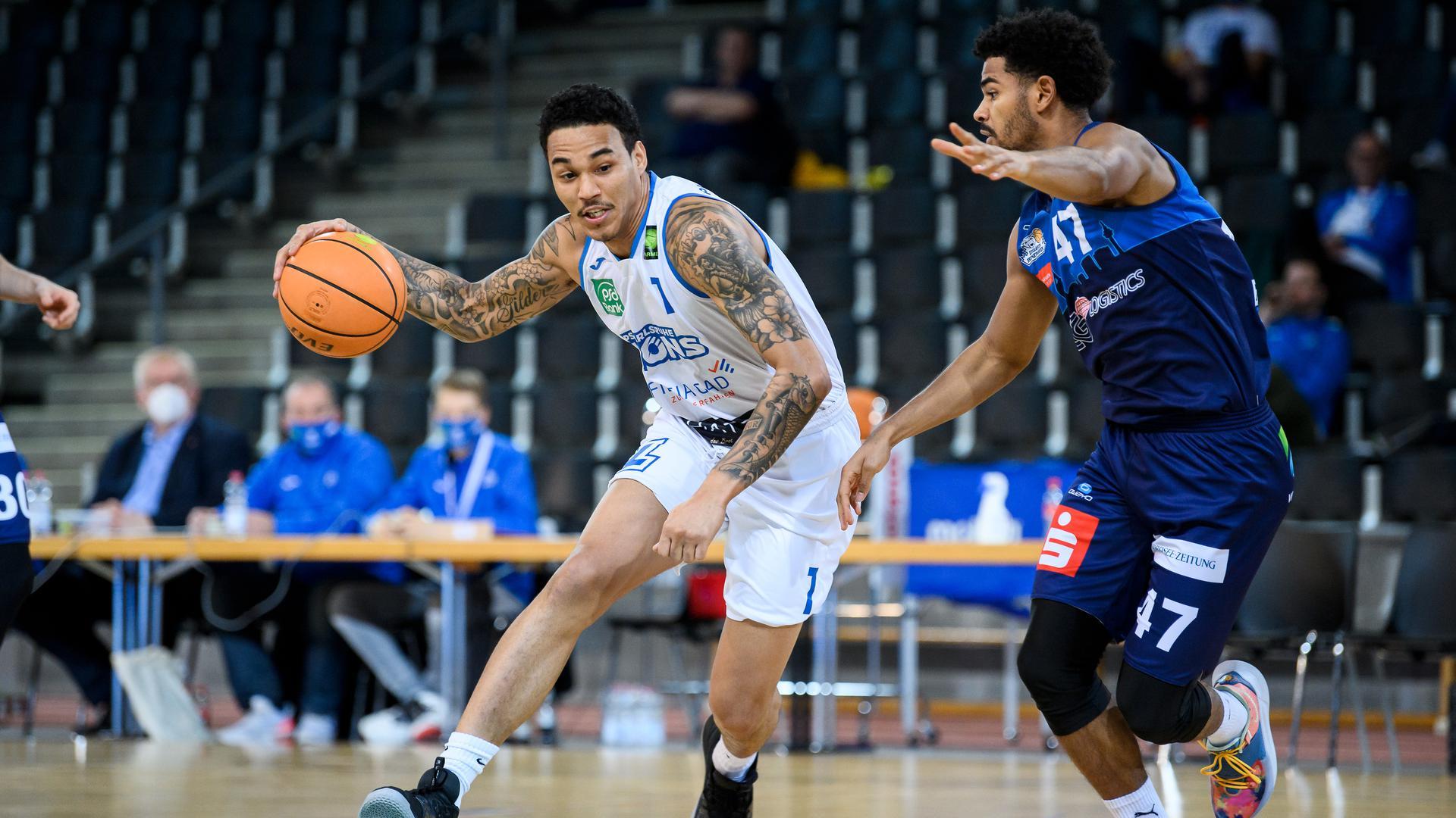 Kavin John Gilder-Tilbury (Lions) im Zweikampf mit Marvin Heckel (Bremerhaven).  GES/ Basketball/ ProA: PSK Lions - Eisbaeren Bremerhaven, 27.12.2020 --