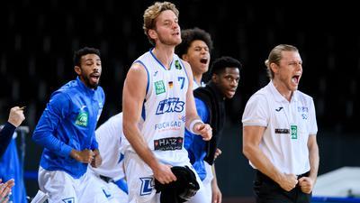 Jubel bei den Lions von der Auswechselbank: Antonio Pilipovic (Lions), Trainer Samuel Tucker DeVoe (Lions), (von links).  GES/ Basketball/ ProA: PSK Lions - Eisbaeren Bremerhaven, 27.12.2020 --