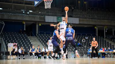 Adam Pechacek (Lions) im Zweikampf mit Moses Poelking (Bremerhaven).  GES/ Basketball/ ProA: PSK Lions - Eisbaeren Bremerhaven, 27.12.2020 --