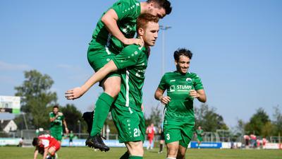 Jubel bei  Torschuetze  David Puetting (Knielingen) nach Tor zum 3:1. Es springt auf: Manuel Bauer, rechts: Aleix Navascues.  GES/ Fussball/ Landesliga: VfB Knielingen - ATSV Mutschelbach 2, 05.09.2021