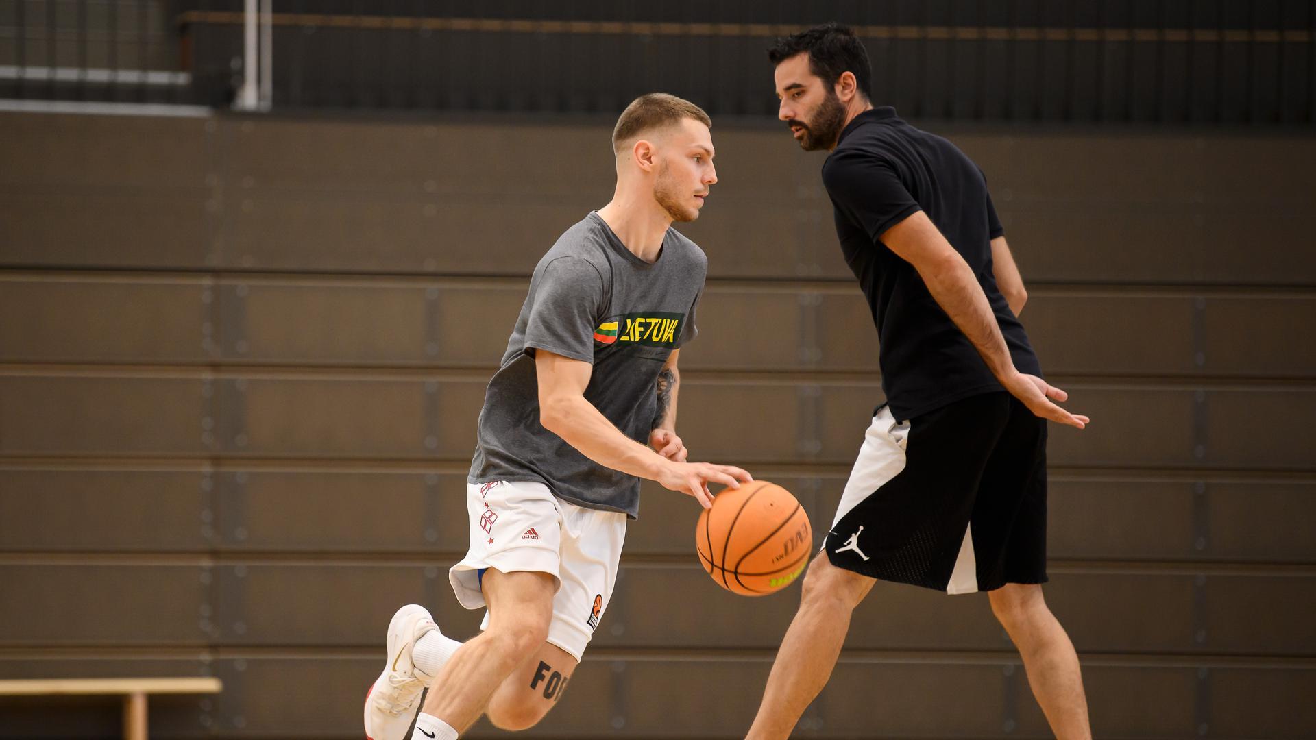 Ferdinand Zylka (Lions) mit Trainer Aleksandar Scepanovic (Lions).  GES/ Basketball/ ProA: PSK Lions - Training, 12.08.2021 --