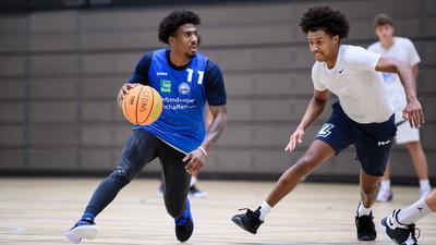 Stanley Whittaker (Lions) im Zweikampf mit Nils Schmitz (Lions) (von links).  GES/ Basketball/ ProA: PSK Lions - Training, 30.08.2021 --