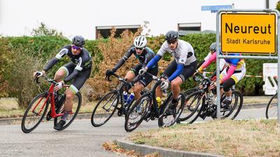 Links: Sieger Ken Tiltmann.  GES/ Radsport/ Kriterium Klasse B/C, Heinz Vogel Gedaechtnisrennen der TG Neureut, 03.10.2018  --