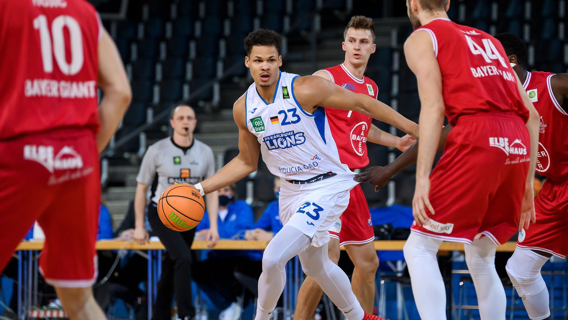 Maurice Marko Pluskota (Lions) setzt sich durch, dahinter Grant Dressler (Leverkusen).  GES/ Basketball/ ProA: PSK Lions - Bayer Giants Leverkusen, 28.11.2020 --