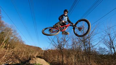 Jugendliche vom Mountainbike-Club-Karlsruhe auf der Jumpline vom Strommasten-Downhill.  GES/ Radsport/ Mountainbike/ Freizeit, 01.03.2021  --