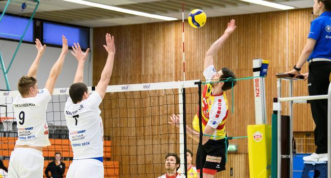 Jens Sandmeier (SSC) im Zweikampf mit (von links): Bogdan Birkenberg (Mimmenhausen) und Benedikt Waldinger (Mimmenhausen).  GES/ Volleyball/ 2. Bundesliga-Sued: Baden Volleys SSC Karlsruhe - TSV Mimmenhausen, 06.03.2021 --