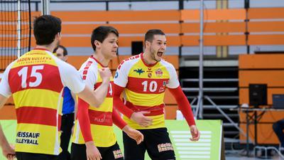 Jubel beim SSC. Rechts: Philipp Scholz (SSC).  GES/ Volleyball/ 2. Bundesliga-Sued: Baden Volleys SSC Karlsruhe - VC Dresden, 05.12.2020 --