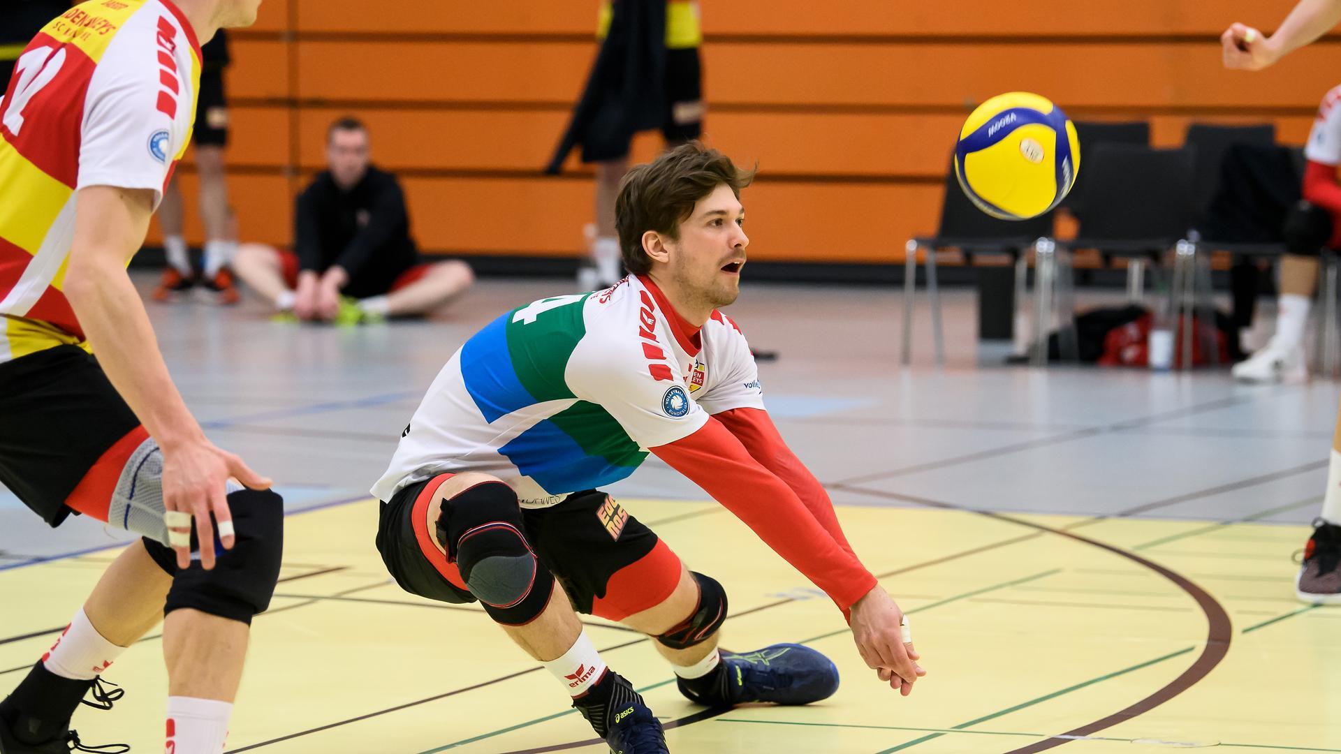 Benjamin Dollhofer (SSC) baggert.  GES/ Volleyball/ 2. Bundesliga-Sued: Baden Volleys SSC Karlsruhe - TSV Grafing, 27.03.2021 --