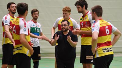 Volleyball 3. Liga Sued Maenner 2021/2022       24.08.2021 Testspiel TV Rottenburg -  BADEN VOLLEYS SSC Karlsruhe Teamkreis Baden Volleys; Trainer Antonio Bonelli (Mitte)