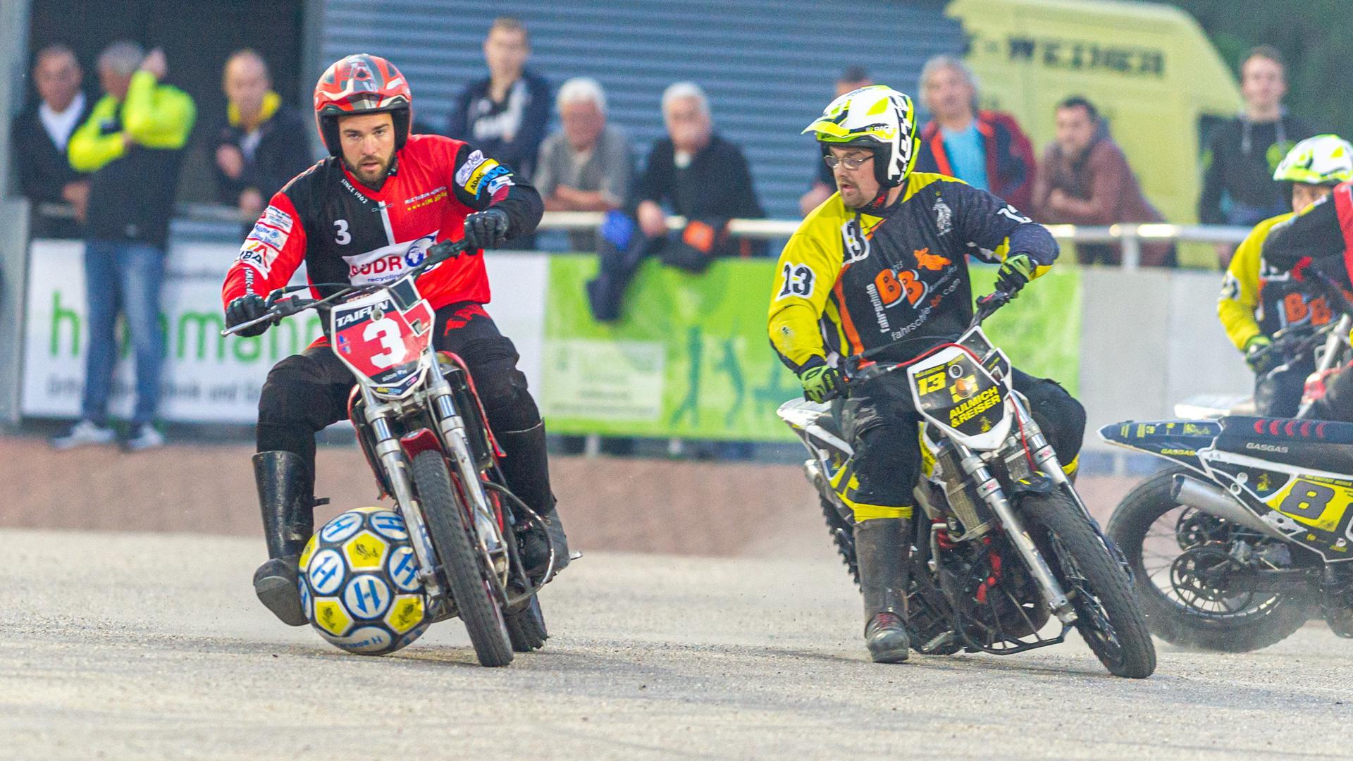 Dennis Ring (Ubstadt-Weiher) rechts, gegen Jan Zoll  (Taifun) am Ball.