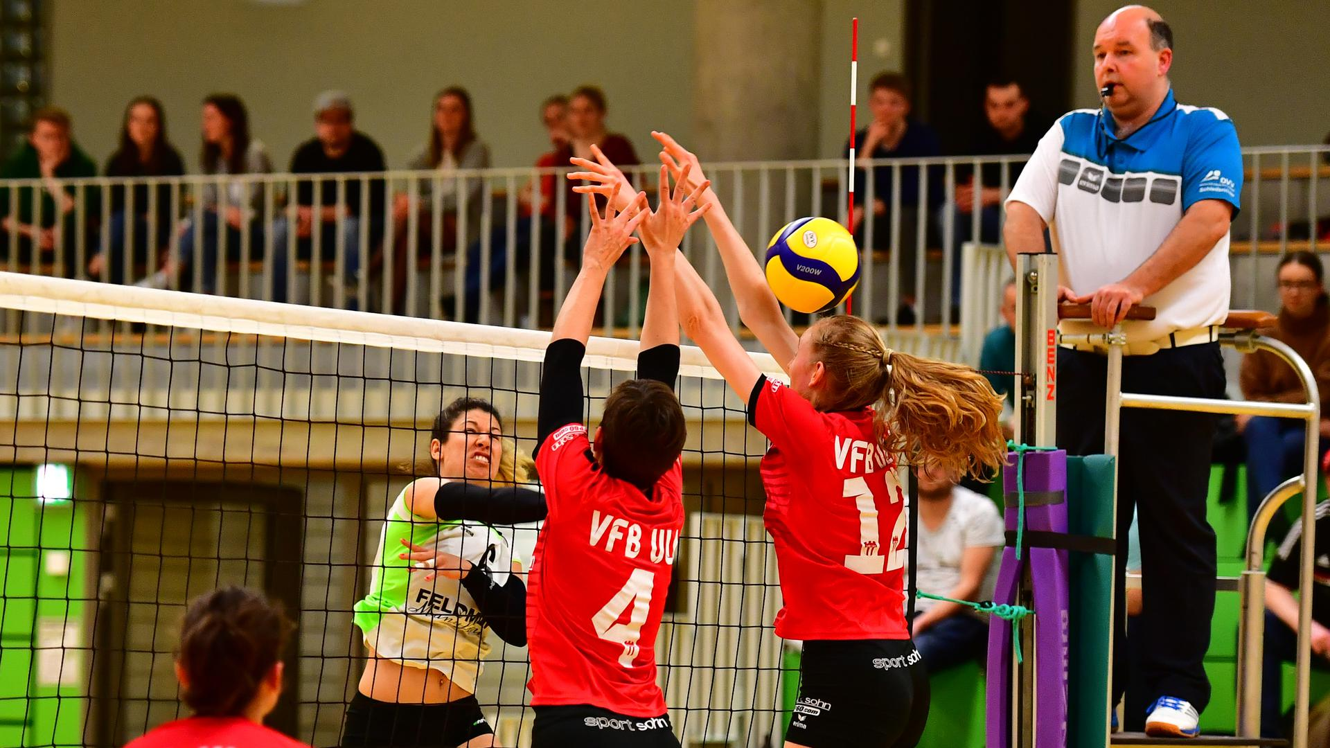 vl Mara Schreiber (Ulm),  Vanessa Reich (SV Beiertheim), Marina Maier und Amelie Stooss (beide Ulm)  GES/ Volleyball/ 3.Liga: SV KA-Beiertheim - VfB Ulm, 01.02.2020