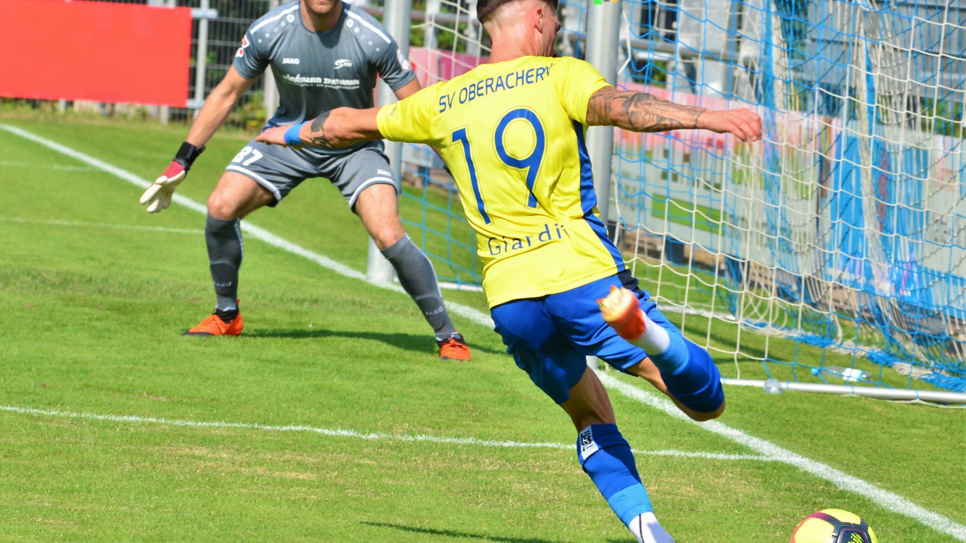 Emanuele Giardini (SV Oberachern) im Oberliga-Spiel gegen die Neckarsulmer SU mit Torwart Marcel Susser