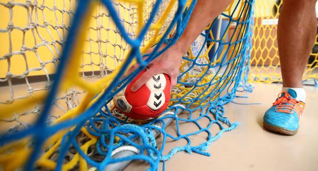 Warten auf die Wiederaufnahme des Trainings- und Spielbetriebs: Ein Handballspieler greift nach einem Handball der im Tor liegt Themenbilder Handballl im Corona-Lockdown Foto: Rene Weiss/Eibner