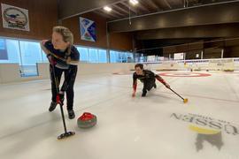 Olympia im Blick: Pia-Lisa Schöll und Klaudius Harsch, hier beim Training in Füssen, wollen sich bei der Weltmeisterschaft im Mixed-Doubles-Curling für die Winterspiele 2022 in Peking qualifizieren.