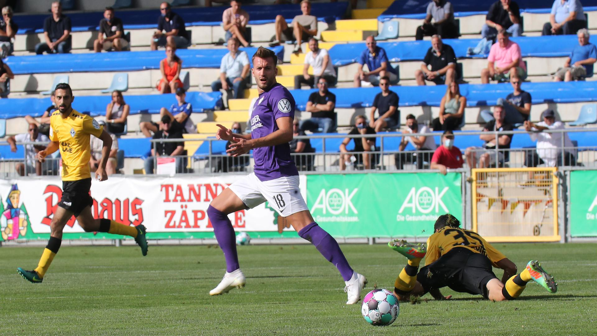 Hecht-Zirpel Niklas FCN lila_Saghiri Hamza SVW gelb2