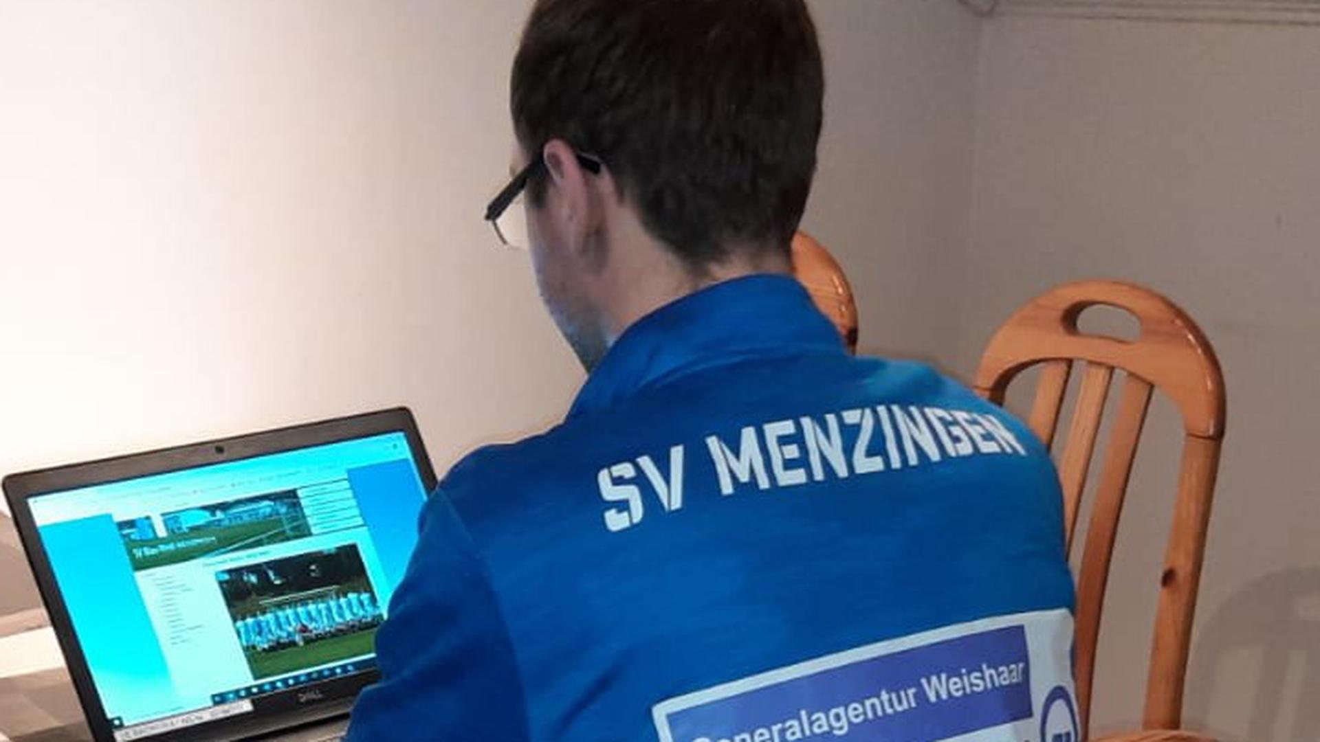 Ein Fußball-Spieler des SV Menzingen sitzt vor dem Laptop