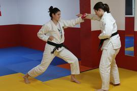 Vizeweltmeisterinnen unter sich: Annalena Sturm (links) und Blanca Birn trainieren Selbstverteidigung. Ju-Jutsu