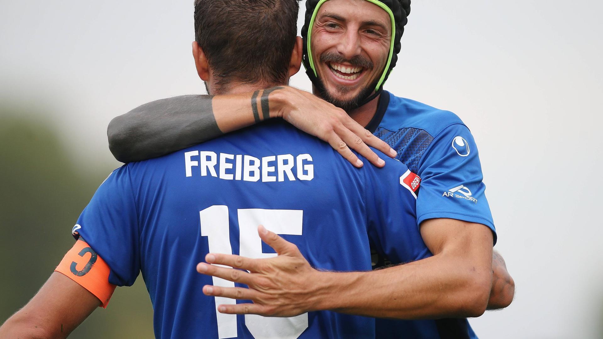 Spieler des Fußball-Oberligisten Freiberg. Von links:  Torschütze Marco Grüttner, Dominik Salz.