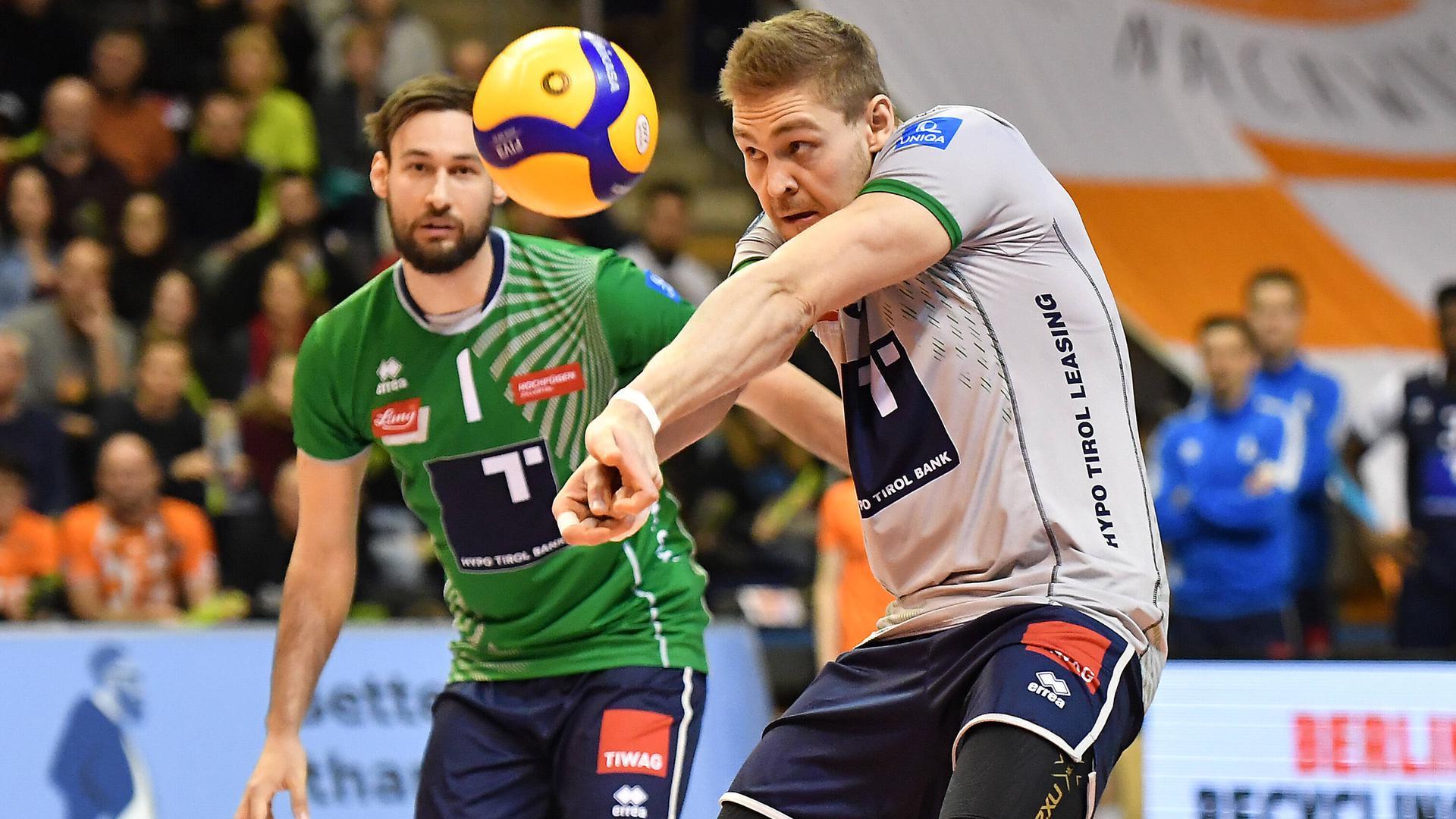 Niklas Kronthaler (rechts), Volleyball-Profi, hinten Florian Ringseis