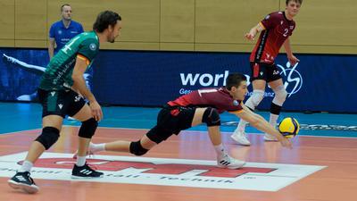 Wertvolle Erfahrungen: Leon Meier (am Ball) sammelt bei den Volleyball Bisons Bühl an der Seite von Florian Ringseis (links) und Tim Stöhr Spielpraxis auf Bundesliga-Niveau.