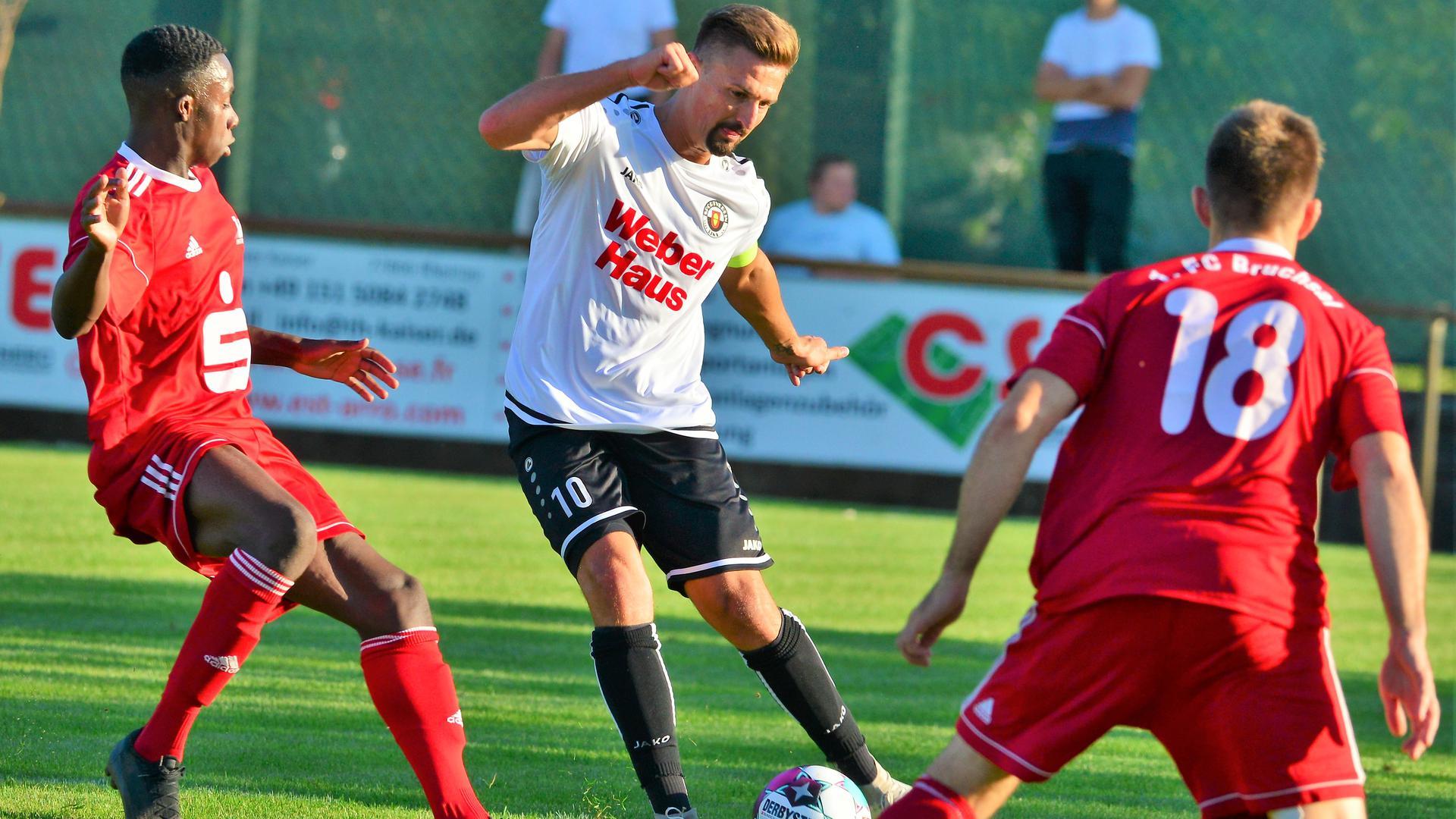 Fußball-Oberliga SV Linx Nr 10 Vollmer Adrian gegen 1. FC Bruchsal Nr 18 Durst Lukas Nr 15 Bediako Francis