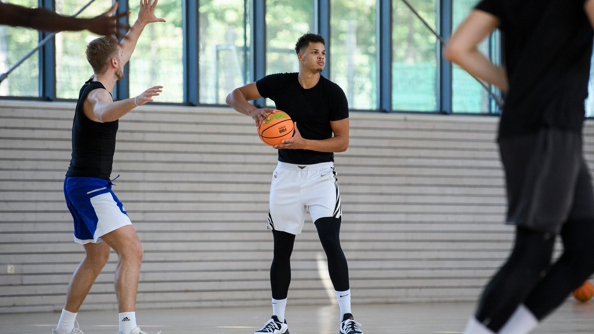 Maurice Pluskota am Ball.  GES/ Basketball/ ProA: PSK Lions - Auftakttraining, 07.09.2020 --