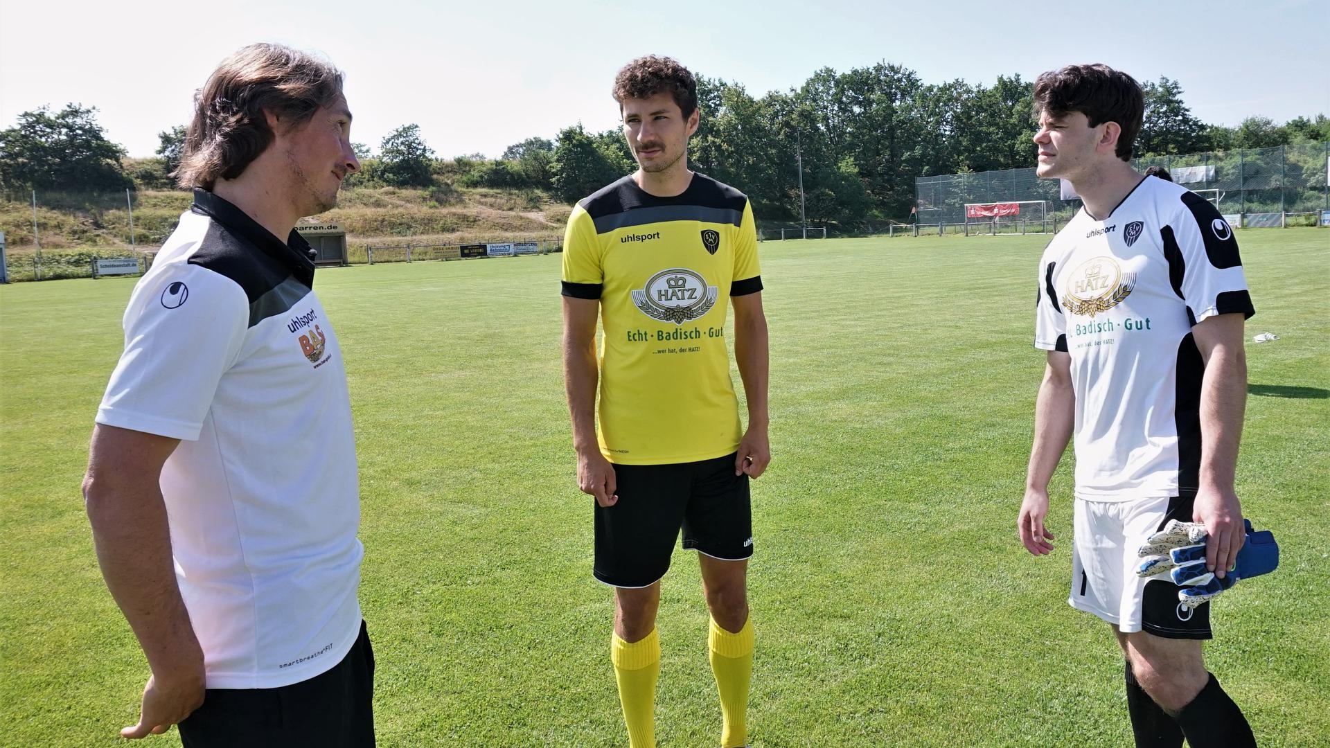 2 Juli 21 Neue Leute Fussball Mörsch Trainer links Hofmeier mitte Maximilian Schmitt rechts Niklas Volo 3