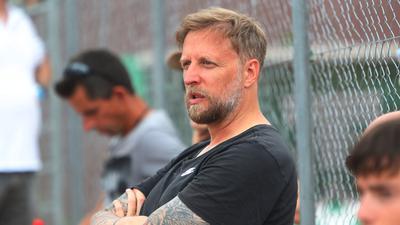 Immer am Ball: Den ehemaligen Fußball-Profi Thomas Ollhoff trifft man heute oft auf der Anlage des TC Wolfsberg an. Dort spielt er in der Herren-40-Mannschaft.