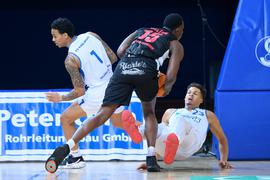 Zweikampf, Duell  Maurice Pluskota (Lions)/r und Kavin John Gilder-Tilbury (Lions)/l. gegen Quadir Hassan Welton (Artland).  GES/ Basketball, PRO A: PS Karlsruhe LIONS - Artland Dragons, 17.10.2020  Basketball: German 2nd League: Karlsruhe Lions vs Dragons, Karlsruhe, October 17, 2020
