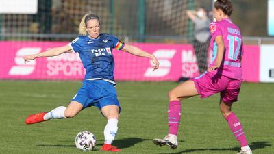 Frauenfußball-Bundesliga 2020/21: Diane Caldwell (SC Sand, links) gegen Franziska Harsch (TSG Hoffenheim)