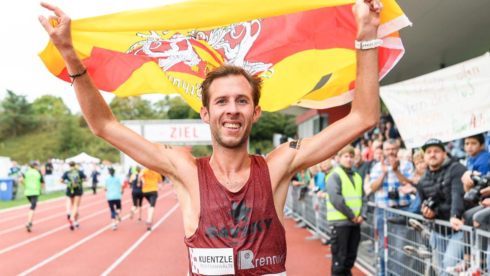 Sieger Marathon Maenner: Simon Stuetzel bei seiner Ehrenrunde.  GES/ Leichtathletik/ Baden-Marathon, 23.09.2018