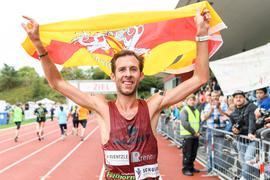 Sieger Marathon Maenner: Simon Stuetzel bei seiner Ehrenrunde.