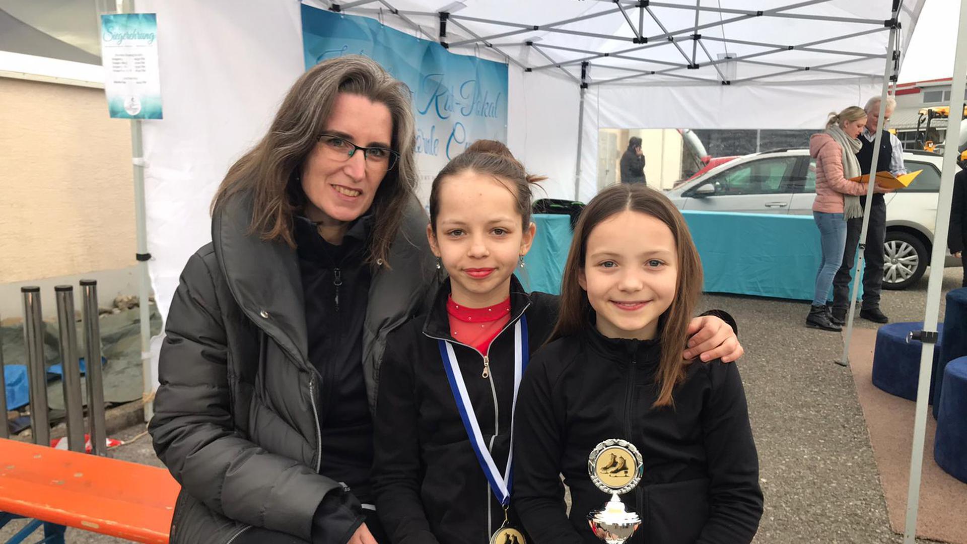 Auf dem richtigen Weg: Dank intensiver Arbeit feierten die Eiskunstläufer des 1. CfR Pforzheim – hier Trainerin Sonja Adalbert (von links) mit Lea und Greta Todt beim letzten Wettkampf vor dem Lockdown im Februar – erste Erfolge.
