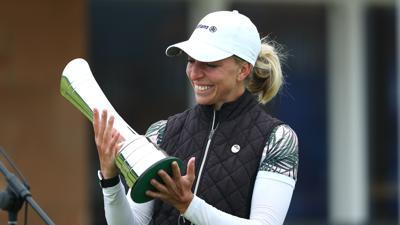 Glücksmoment in Schottland: Sophia Popov mit dem Pokal nach ihrem Sieg bei den British Open im August. Als erste deutsche Golferin gewann sie sensationell ein Major-Turnier.