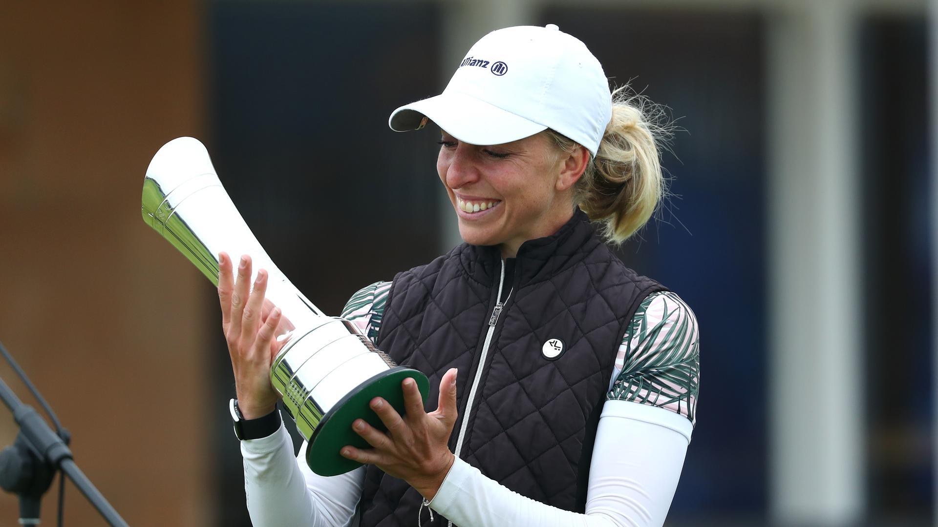 Golf: British Open, LPGA Tour und Ladies European Tour 2020, AIG Women's Open. Deutsche Golferin Sophia Popov freut sich und hält den Pokal in ihren Händen. Popov hat als erste deutsche Golferin sensationell ein Major-Turnier gewonnen.
