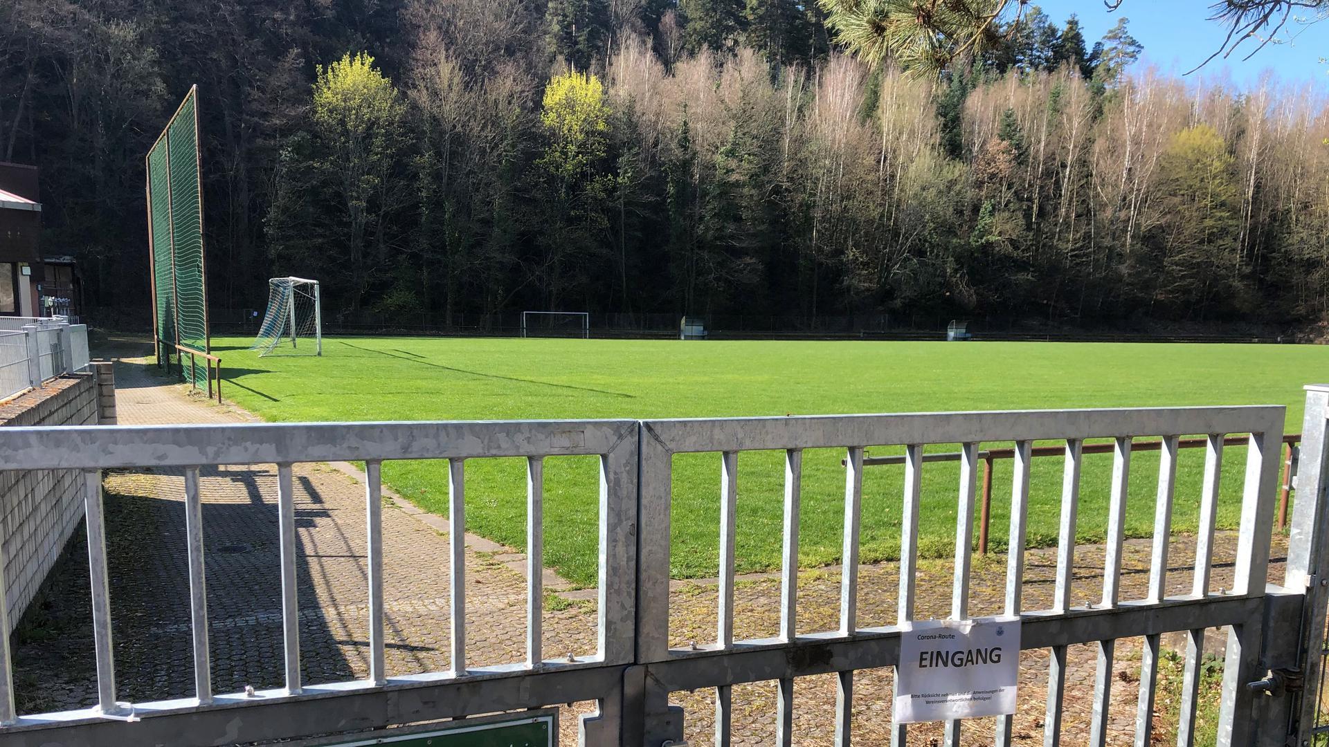 Betäubende Stille statt tobender Menge: Die Sportplätze der Region – wie hier in Dillweißenstein – sind derzeit verwaist.