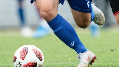 Zweikampf, Duell  Jannik Hoffmann (KSC A-Junioren) gegen Lars Gindorf (SCF/r.)  GES/ Fussball/ A-Junioren Bundesliga Sued/ Suedwest U19 Karlsruher SC - U19 SC Freiburg, 17.08.2019