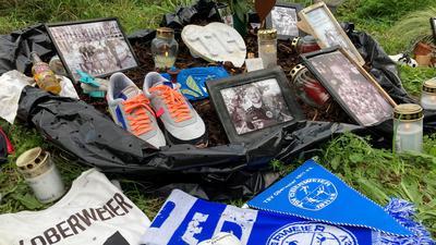 Gedenken am Straßenrand: An der Unfallstelle erinnern Fotos, Schals und kleine Botschaften an Tino Hodzic, der dort vor einem Monat tödlich verunglückte.