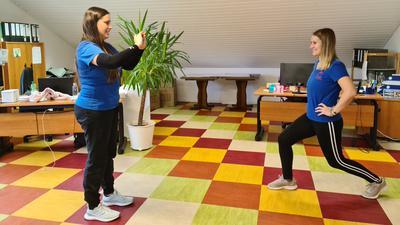 Jennifer Olearczyk nimmt ein Video mit Aline Münz, die eine Übung zeigt, auf.